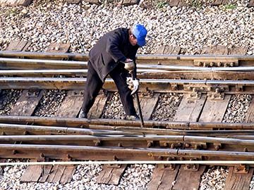 This rail worker faces many dangers every day. If you have been injured while working for a railroad company, call a Fort Worth FELA attorney now.